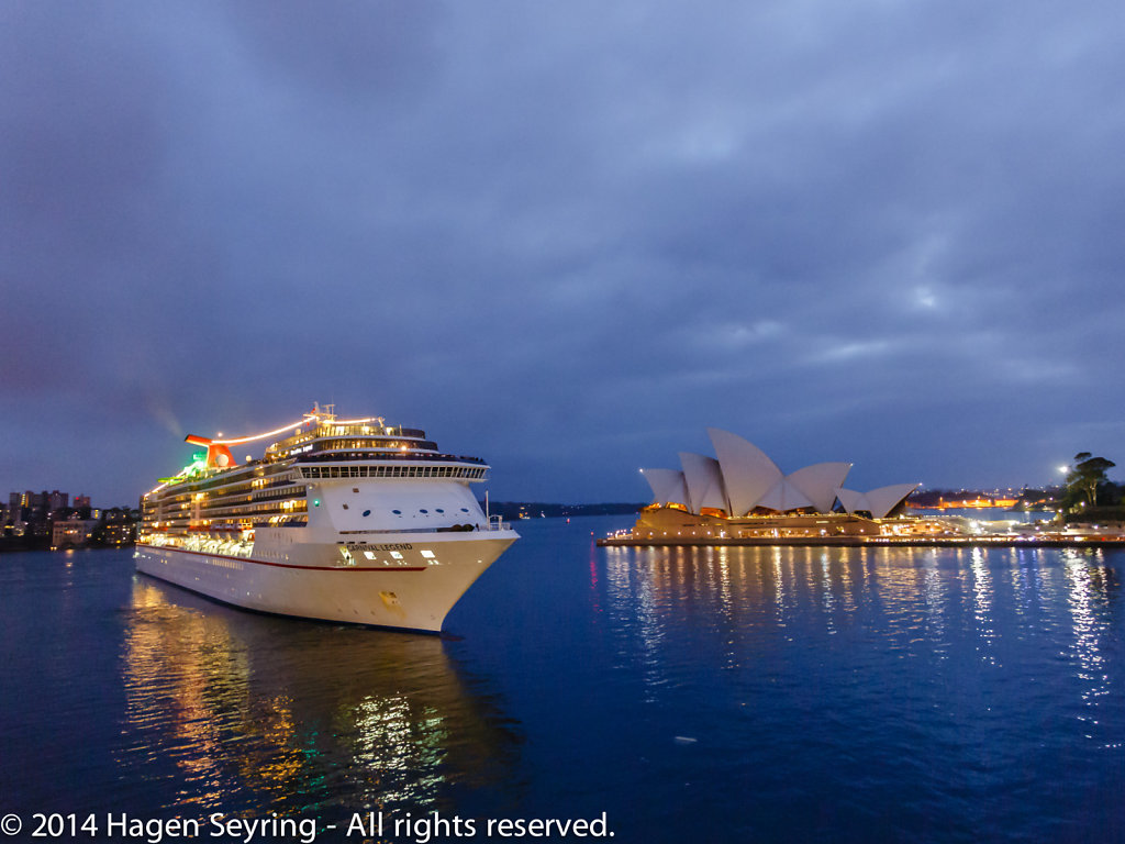Cruiser passing the Sydney Opera House